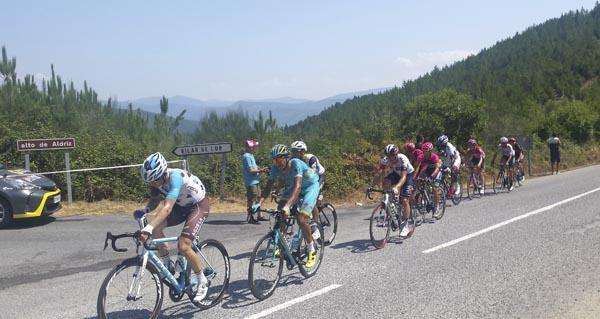 Photo of O pelotón da Volta a España no alto de Aldriz