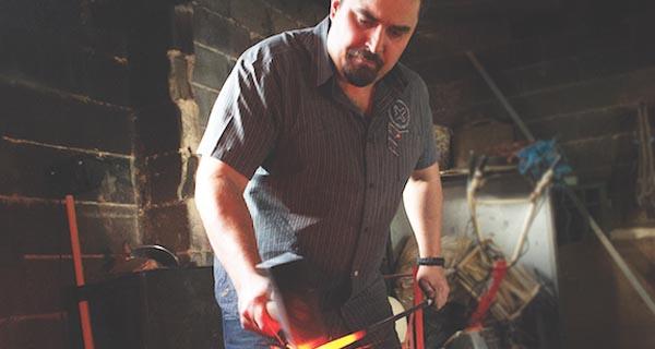 """Photo of O valdeorrés Alberto Castro recibe a """"Carta de artesán"""" en forxa e ferrería"""