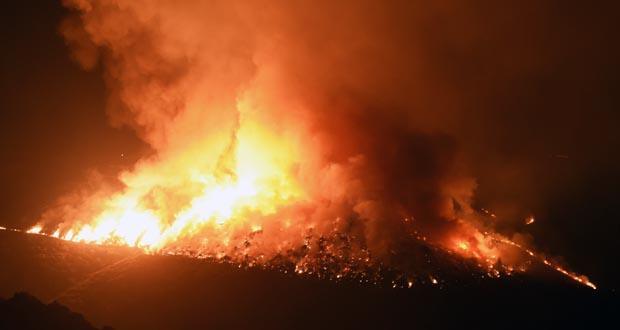 Photo of Dous operarios evacuados dun incendio forestal na zona trivesa de Navea