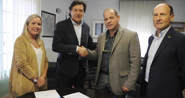 Sinatura do convenio de colaboración entre o alcalde de Maceda e o secretario xeral para o Deporte.