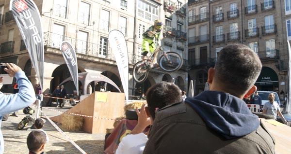 Photo of Comezan as acrobacias no Casco Vello de Ourense co Pulpo Extreme