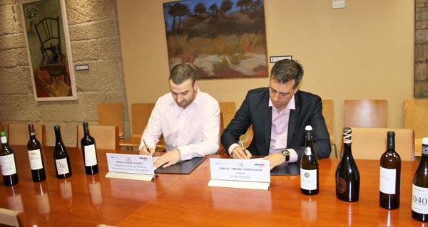 Photo of Os Colleiteiros do Ribeiro asinan un convenio con Seur