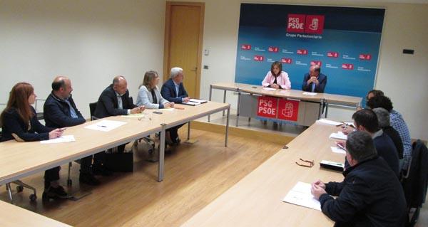 Imaxe da reunión dos socialistas, presidida por Pilar Cancela.