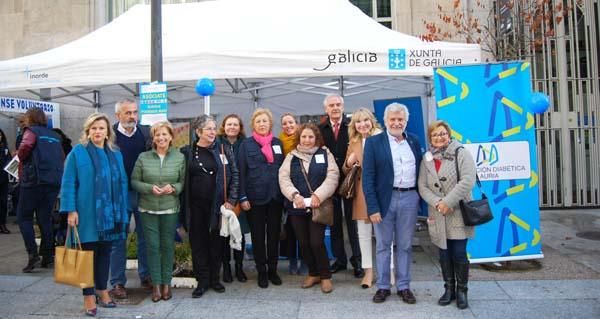 Diversas autoridades na visita realizada á carpa instalada na rúa Paseo con motivo do Día da Diabete./ Foto cedida.