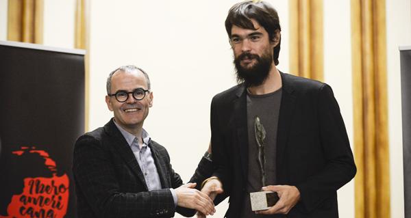 O alcalde ourensán, entregándolle o Premio Cidade de Ourense a Oliver Laxe.