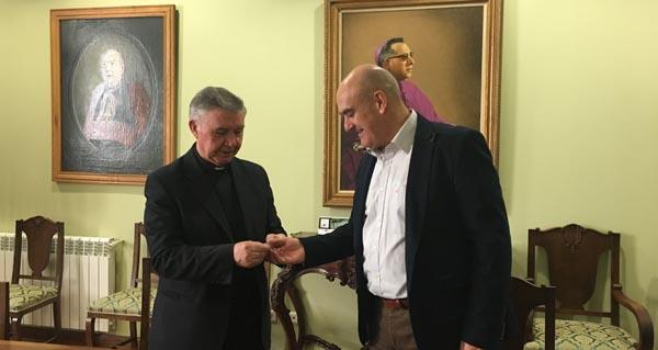 O vicario xeral da Diócese de Astorga, Marcos Lobato; e o presidente da Asemblea Comarcal de Cruz Vermella Valdeorras. Maximino Alonso