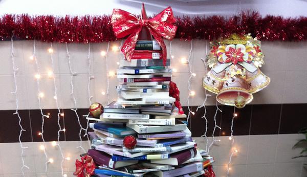 Photo of Árbore de Nadal con libros no IES Martaguisela do Barco