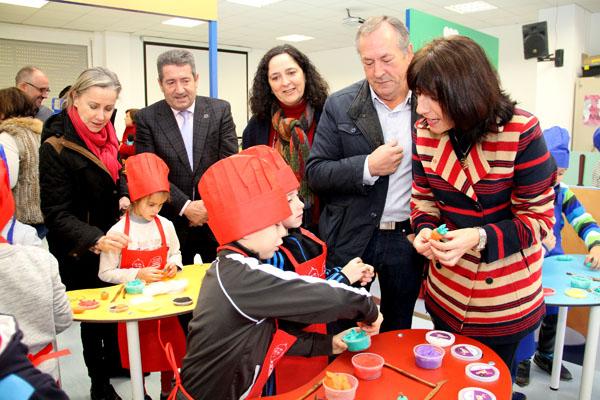 A conselleira do Medio Rural, na visita ao colexio de Touro no que anunciaba a inclusión da castaña dentro da campaña de consumo de froitas frescas na escola.