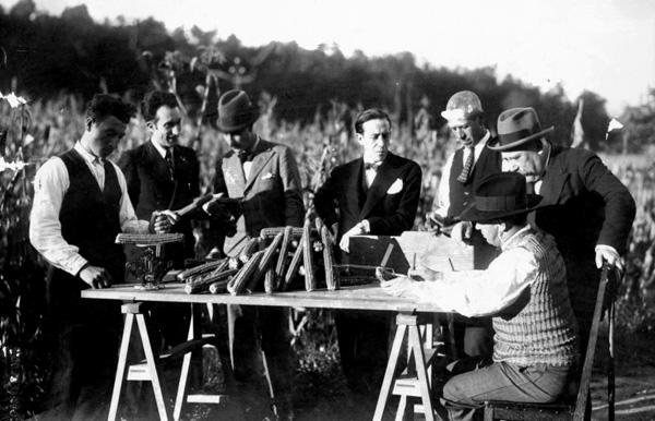Cruz Gallástegui nunha toma de datos  xunto aos seus colaboradores e ao xornalista Johan Carballeira. A transferencia do coñecemento foi clave para a modernización do sector agropecuario. (Misión Gallástegui, 2016).