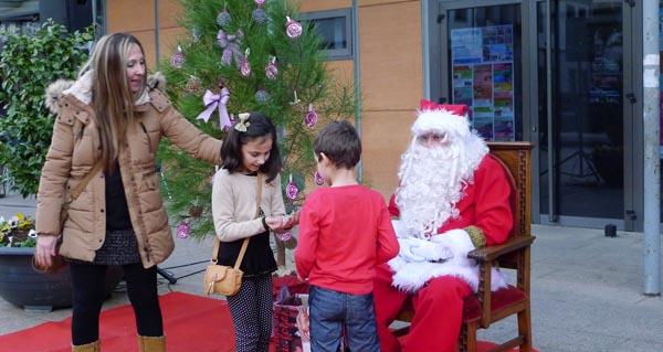 Photo of Papá Noel fotografíase cos nenos valdeorreses
