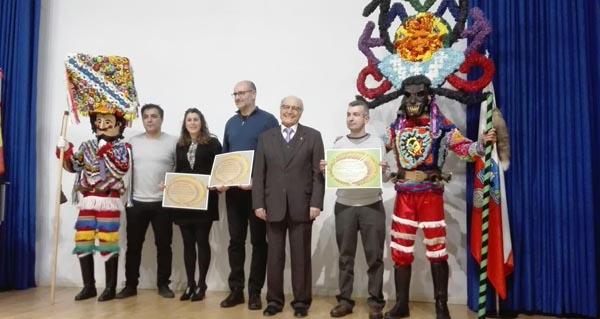 Photo of Os promotores da II Mascarada Ibérica de Vilariño e Viana recollen o premio da Sociedade Española de Antropoloxía