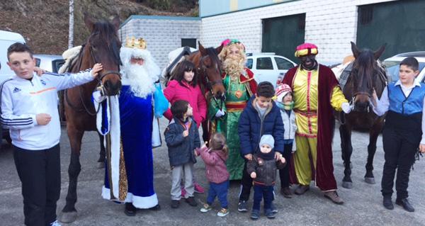 Photo of Os Reis Magos chegan en cabalos a Vilariño de Conso