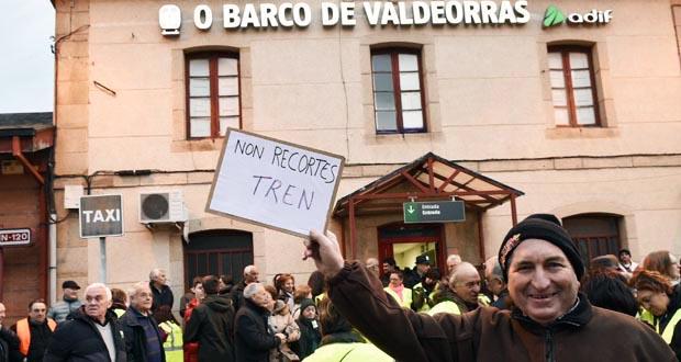 Photo of Valdeorras maniféstase en defensa dos servizos das súas estacións