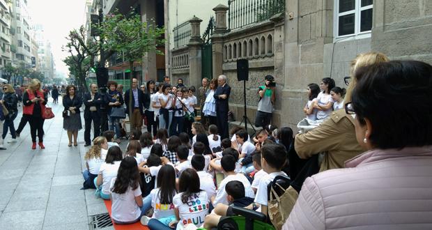Photo of Os rapaces do Mestre Vide ofrecen un recital de Carlos Casares na rúa do Paseo no Día do Libro