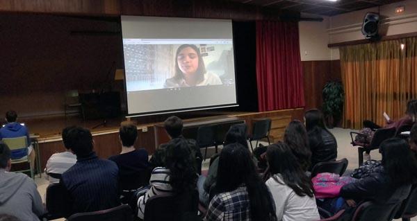 Photo of A científica valdeorresa Noa Feás mantén unha videoconferencia con alumnos do IES Martaguisela