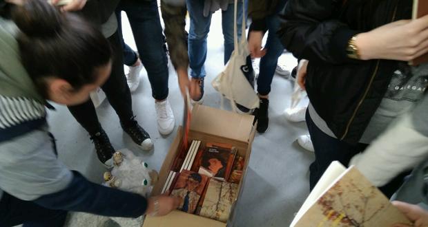 Photo of Os alumnos do IES de Arzúa agochan libros de Casares pola cidade