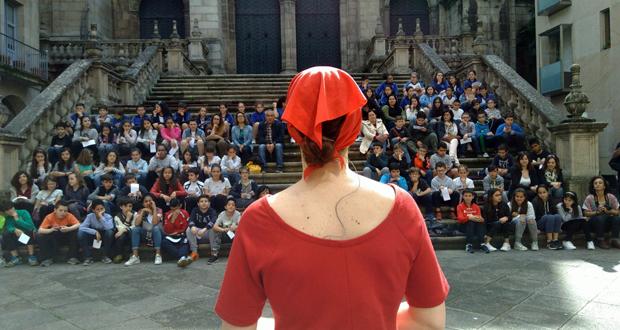 Photo of Os escolares ourensáns gozan do teatro de rúa con contos de Casares
