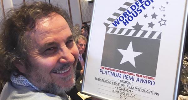 Photo of Ignacio Vilar recolle o Premio ao Mellor Filme Estranxeiro no 50º WorldFest-Houston (EE.UU.)