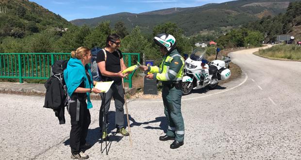 Photo of A Guardia Civil informa aos peregrinos de como circular pola estrada