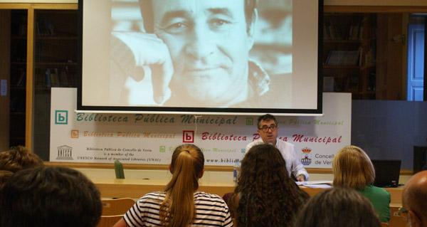 Photo of Xosé Carlos Caneiro debulla a figura de Casares na Biblioteca de Verín