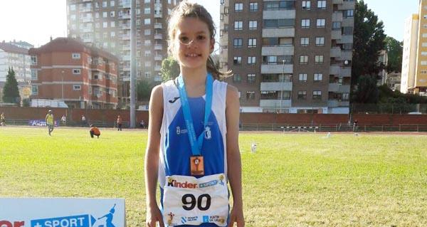 Photo of Unha atleta da escola Ben Cho Shey, no podio do campionato galego de categorías inferiores