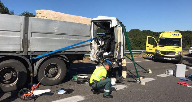 Photo of Unha colisión entre dous camións na autovía Ourense-Santiago sáldase cun morto