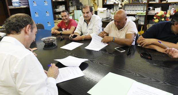 Photo of UXT asina en solitario o convenio colectivo da lousa coa AGP