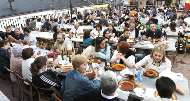 Photo of Numerosas persoas degustan xabarín caldoso na praza de Rubiá