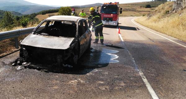 Photo of Arde un coche na estrada OU-533 á altura de Celeiros (O Bolo)