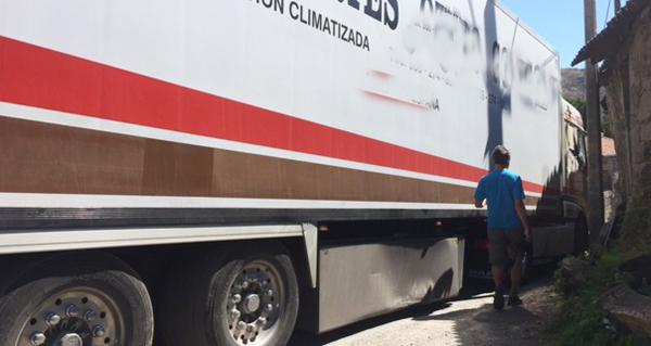 Photo of Un camión queda atrapado na entrada de Pentes (A Gudiña)