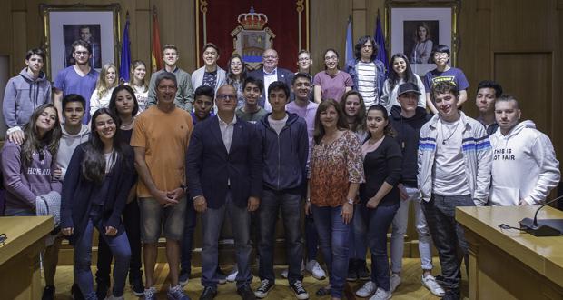 """Photo of Unha trintena de alumnos do instituto """"Santiago Apóstol"""" de Bos Aires visitan a Deputación"""