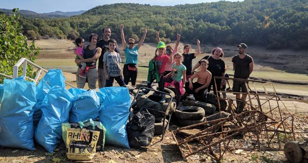 Photo of Un grupo de veciños de Viana xúntase para limpar o lixo das beiras do encoro do Bao