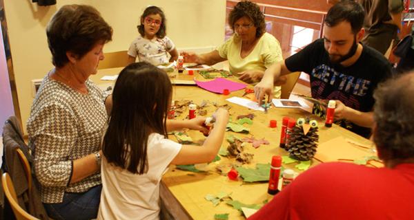 Photo of Avós e netos comparten manualidades e contos na Biblioteca de Verín
