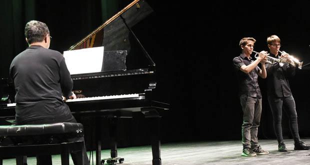 Photo of Os alumnos do Conservatorio e da Escola de Música do Barco súbense ao escenario por Santa Icía