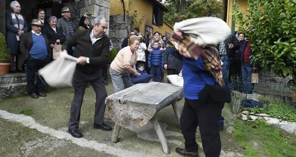 Photo of Parada de Sil recrea o proceso tradicional de preparación das castañas secas