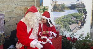 Papá Noel atende as peticións dos cativos na Pobra de Trives