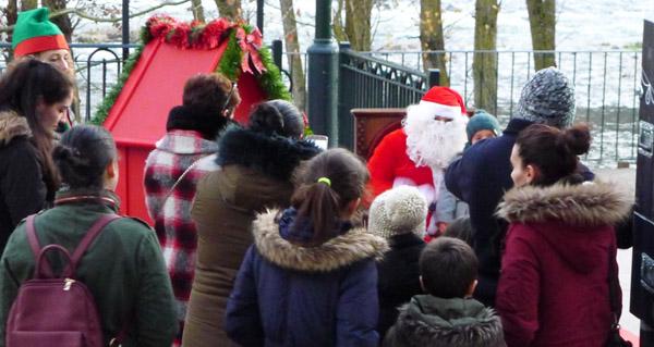Photo of Papá Noel achégase ata O Barco no marco da campaña de Nadal de AEVA e do CCA