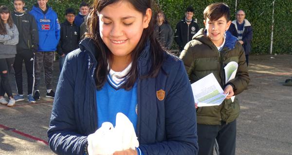 """Photo of Solta da """"pomba branca da paz"""" no colexio diocesano Pablo VI-Fátima da Rúa"""