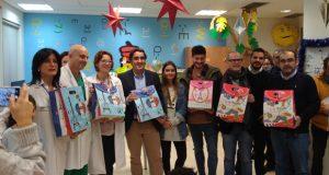 """Os rapaces ingresados no CHUO reciben xoguetes do proxecto """"Fabricando Sorrisos"""""""