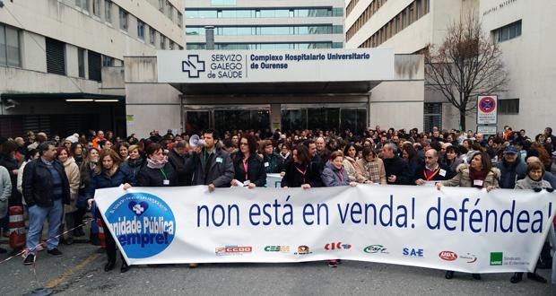 """Photo of Traballadores do CHUO protestan """"polo peche de camas"""" en Hospitalización"""