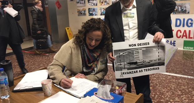 Photo of Noela Blanco (PSOE) asina a petición para que a Xunta non peche as camas no CHUO