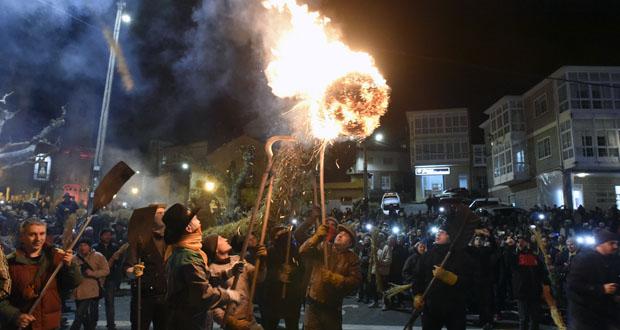 Photo of O ritual dos Fachós envolve de luz e lume Castro Caldelas