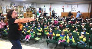 """Susa Herrera interpreta os seus """"cantos animais"""" cos alumnos do CEIP Otero Pedrayo de Viloira"""