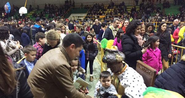 Photo of Multitude de persoas reciben aos Magos de Oriente en Verín