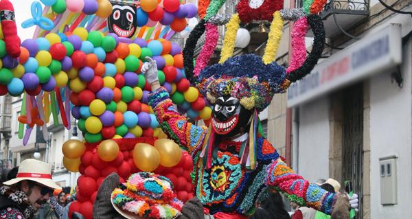 Photo of Boteiros e folións desafían á chuvia no desfile de Viana