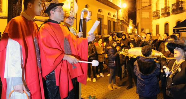Photo of A Rúa di adeus ao Entroido entre responsos, berros e bocadillos de sardiña