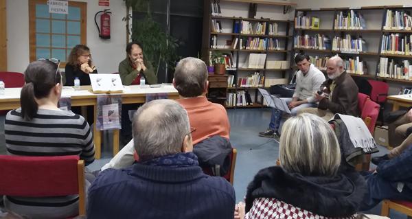 Photo of A Biblioteca Municipal da Rúa acolle a presentación do libro editado pola poeta Rosa García