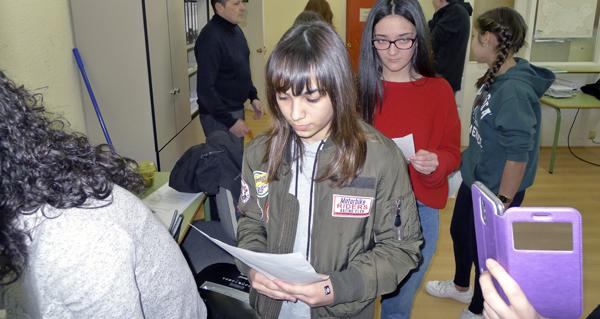 Photo of Lectura de poemas para lembrar a Rosalía, no IES Lauro Olmo do Barco