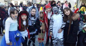 O desfile infantil enche de cor as rúas de Trives