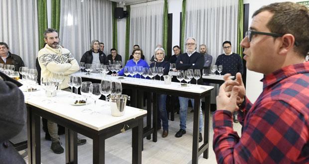 Photo of Cata-maridaxe de viños do grupo Jorge Ordóñez con produtos como as olivas de Valdeoliveira, en Valdeorras